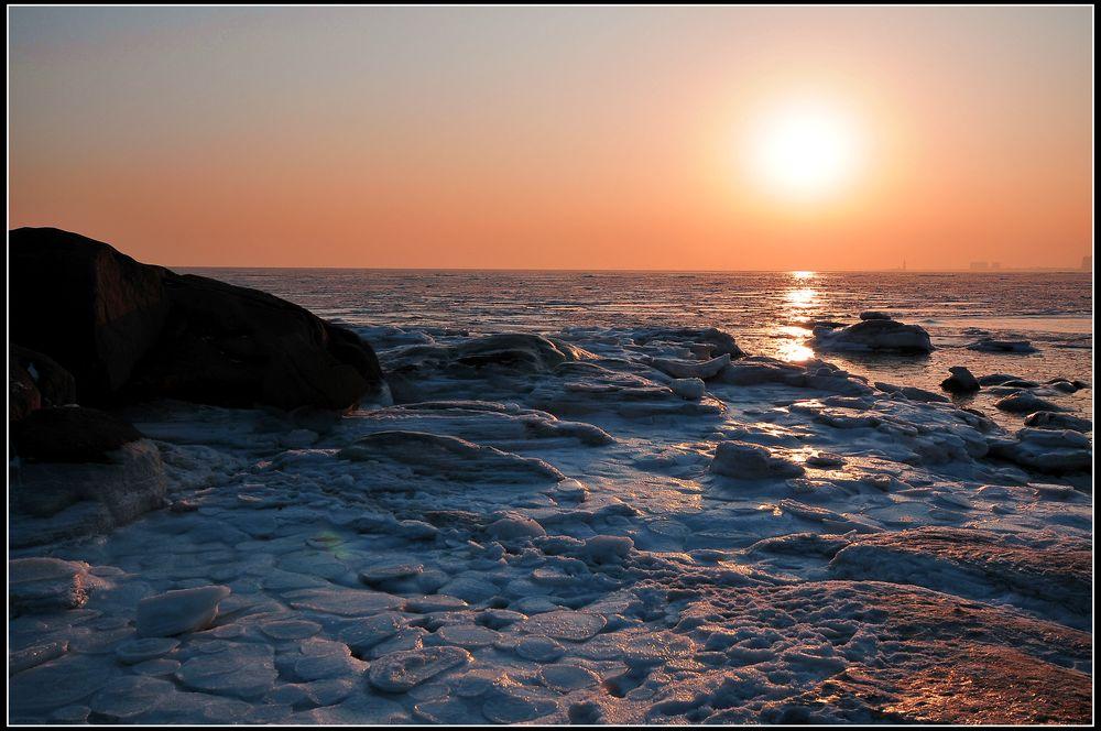 北戴河的冬天才刚刚开始,她的冬天的宁静也还刚刚的开始。 这开始的宁静就从北戴河的日出谈起吧。  海边看日出,是许多人的梦。这样的梦多积攒到了夏季,于是这梦的感觉便是十分的拥挤和热闹。在北戴河看日出的佳处,当属鸽子窝公园的鹰角亭。每当盛夏来临,凌晨时分的鹰角亭便挤满了看日出的人。先是寂静的等待,偶尔有不耐烦时的细碎的嘈杂,终于听到的是震耳的欢呼,于是太阳便出来了。曾经有许多优美的文字描述过它,那是心灵振颤后的酥痒,抑或腑肺洗涤过的清新,也许是人生疲倦后的精神返照,更许是压抑之久,沉寂之久,慵慵之久后的起兴激